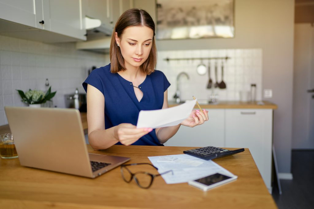 Woman calculates alimony with the help of a Chicago divorce lawyer.