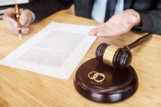 A Oak Brook divorce attorney explaining the divorce process to a client.